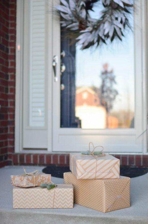 Bild von Geschenken vor einer Eingangstür